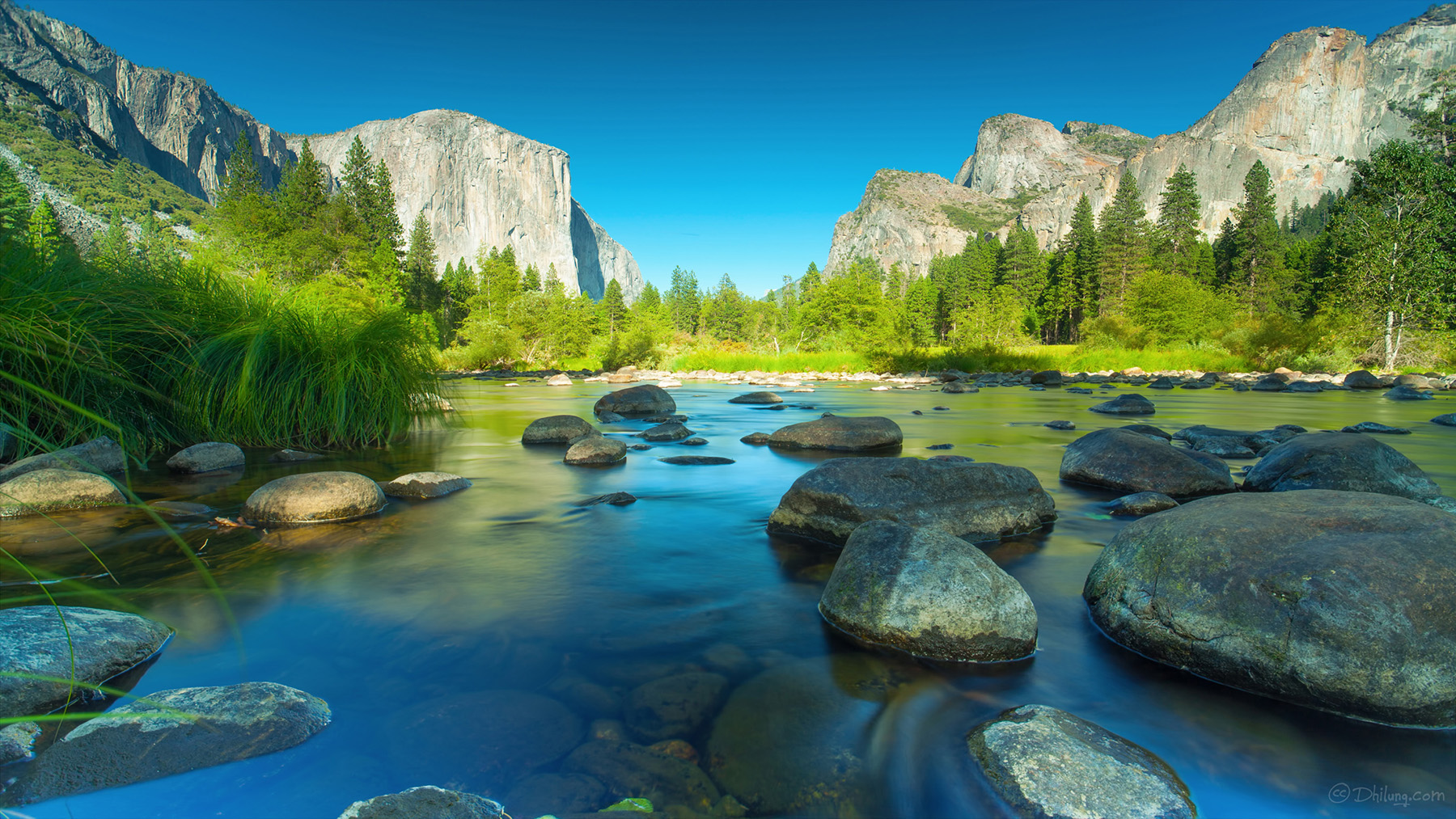 Yosemite Classic - The classic view of the El Capitan and the Merced river in the Yosemite National Park.